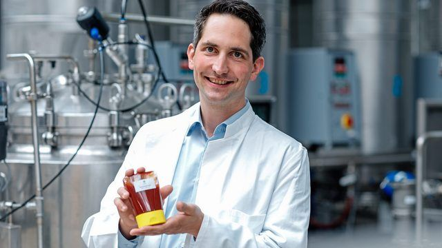 Kalorienarmer Zucker im Ketchup: Savanna Ingredients-Geschäftsführer Dr. Timo Koch mit einem ersten Produkt mit Allulose. (Quelle: Pfeifer & Langen/Philippe Ramakers)