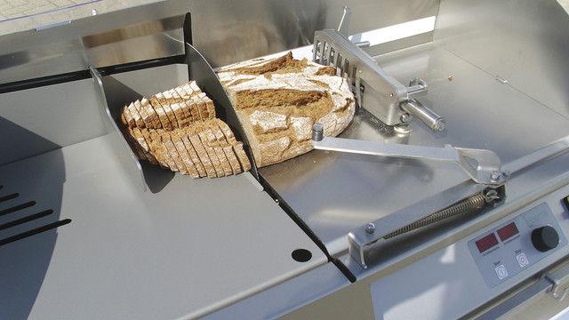 Brotschneidemaschinen mit besonderem Hygienekonzept: Die vordere Wand des Brotkanals entfällt. Es gibt keinen schachtartigen Brotkanal, sondern nur eine leichter zu reinigende Brotauflagefläche. (Quelle: Lebema)