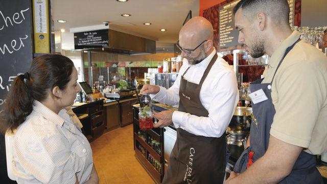 Barista Tom Schießl (M.) schult Verkaufsmitarbeiter im Café & Bistro Schröer in Sachen Kaffeespezialitäten. (Quelle: Reitz)