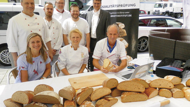 Teilnehmer mit Prüfer Manfred Stiefel (rechts). (Quelle: Innung)
