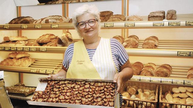 Jacquelin Seemann backt ihren Kuchen noch traditionell. (Quelle: Schwittay)