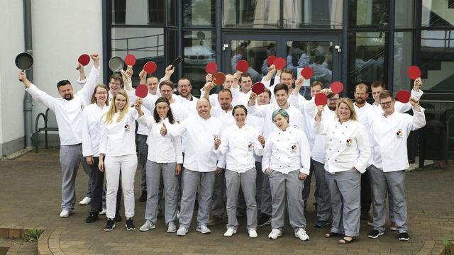 Der Meisterkurs mit Tischtennisschlägern und Pfannen in den Händen zur Erinnerung an gemeinsame Matches. (Quelle: ADB)
