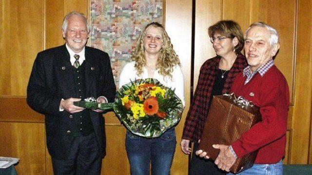 Obermeister Wilhelm Oswald (v.l.) gratulierte der prüfungsbesten Fachverkäuferin Andrea Langwieder zusammen mit Innungsgeschäftsführerin Irmengard Rossingoll und Lehrlingswart Günther Ernst.  (Quelle: Huber)