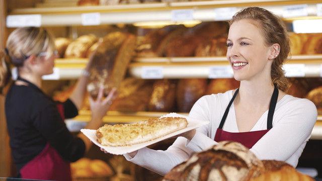 Wunschvorstellung vieler Betriebsinhaber: sympathisches und fachlich kompetentes Verkaufspersonal, das gute Ware adäquat verkauft. (Quelle: Shutterstock/stockfour)