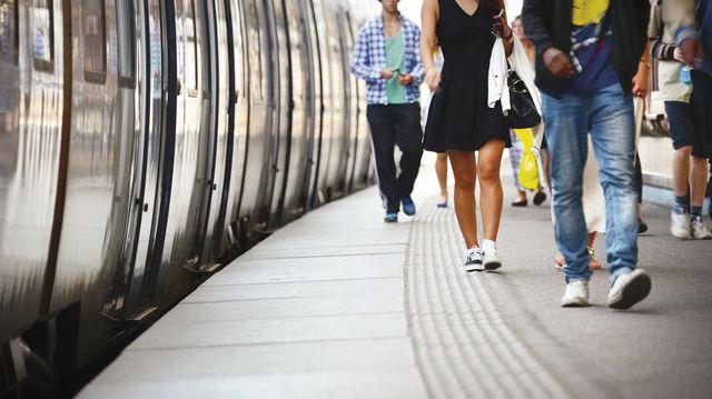 Wer mit der Bahn zur Arbeit fährt, kann das nicht als Arbeitszeit geltend machen. (Quelle: Shutterstock/connel)
