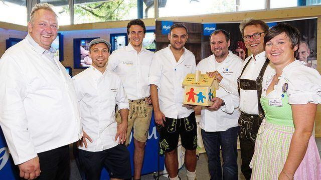 Spenden für einen guten Zweck: Die Allgäuer Bäcker bei der Übergabe. (Quelle: prb/ Manfred Brückner)