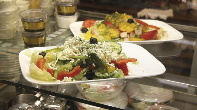 Salate: Zum Mitnehmen oder für den Verzehr im Café. (Quelle: Heck)