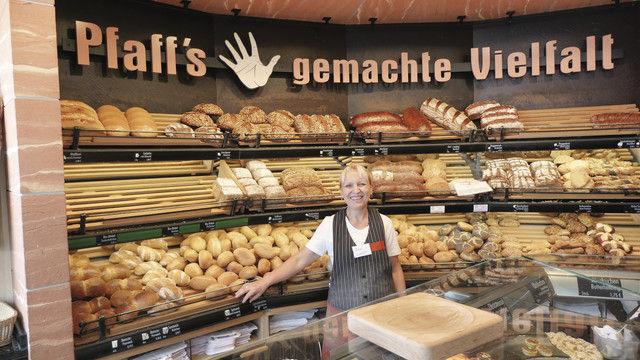 Die Hand am Brot: Verkäuferin vor dem Motto der Bäckerei Pfaff. (Quelle: Treiber)