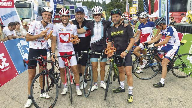Toni Jung (Mitte) mit Teilnehmern – und der Radl-Brezn. (Quelle: privat)