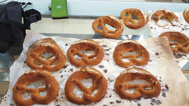 """Bäckermeister Michael Moll und seine """"Azubis"""" Alina und Cham mit einem Teil des Sortiments.  Links unten: Die Bäckerei – noch im Baustadium. (Quelle: privat)"""