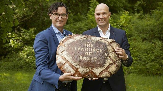 Michael Kleinert und Bernd Kütscher (von links) sind der Meinung, jedes Brot hat ein eigenes Aroma, spricht eine eigene Sprache.  (Quelle: Seehuber)
