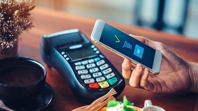 Bei der Bezahlung mit dem Smartphone sind die Kunden oft noch misstrauisch. (Quelle: Shutterstock/ Teeraphatsakool)