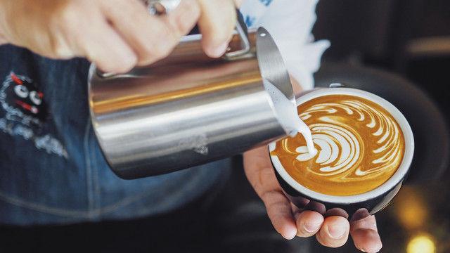 Das kann auch der Bäcker: Kaffee mit Genussfaktor anbieten. (Quelle: Shutterstock/StudioByTheSea)