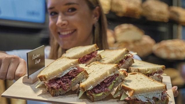 Die klassische Stulle ein wenig aufgepeppt wie bei diesem Pastrami-Sandwich hat auf der Iba neben zahlreichen weiteren Snack-Ideen und neuen Konzepten ebenso eine Bühne wie Traditionelles. (Quelle: GHM)