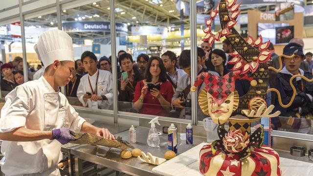 Die Wettkämpfer der Bäcker und der Konditoren treten in einsehbaren Backstuben gegeneinander an. (Quelle: GHM)