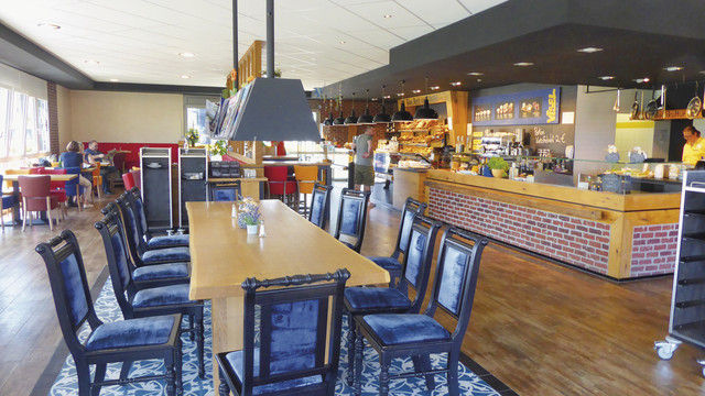 Café und Theke mit Front Cooking-Bereich. (Quelle: Treiber)