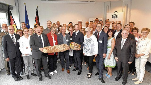 Preisträger und Veranstalter mit Wirtschaftsminister Volker Wissing (Mitte). (Quelle: Bildergalerie MWVLW)