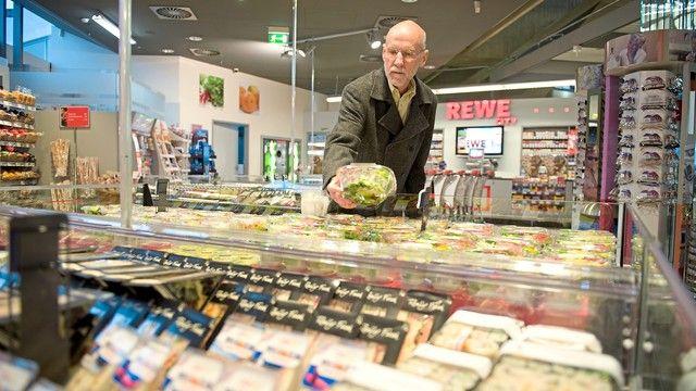 Auch Supermärkte bieten mittlerweile ein große Auswahl an Snacks. (Quelle: presse-rewe.de)