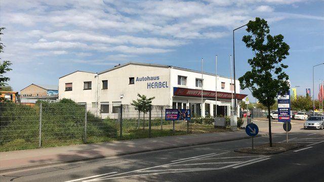 Vom Autohaus zur Bäckerei: Künftig wird in diesem Gebäude gebacken.  (Quelle: Däuwel)