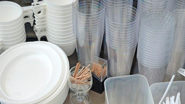 Raus damit: Rewe will Plastikgeschirr aussortieren.  (Quelle: Symbolfoto: Fotolia/djama)