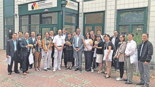 Die chinesische Delegation mit Schulleiter Marian Kalliske, Geschäftsführer Johannes Kamm, ZV-Hauptgeschäftsführer Daniel Schneider (v.l.).  (Quelle: ZV)