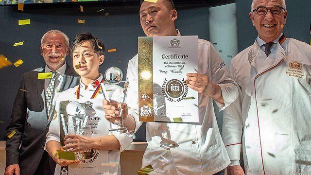 Siegerehrung beim iba-UIBC-Cup of bakers. Die Gewinner: Team China. Im Bild (v.l.) ZV-Präsident Michael Wippler, Zhou Bin und Peng Fudong, Juryvorsitzender Wolfgang Schäfer. (Quelle: GHM)
