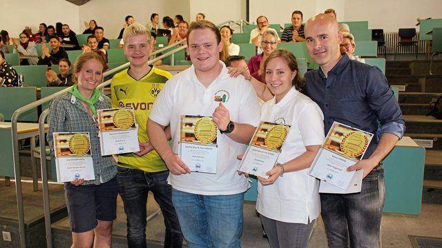 Sie stolzen Sieger des 29. Olper Backwaren Designpreis mit ihren Siegerurkunden.  (Quelle: Erste Deutsche Bäckerschule)