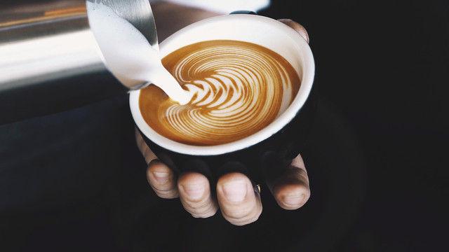 Auch die Milch macht's: Über deren möglichst regionale Herkunft zu sprechen, wertet das Gesamtgetränk auf. (Quelle: Shutterstock/little star)