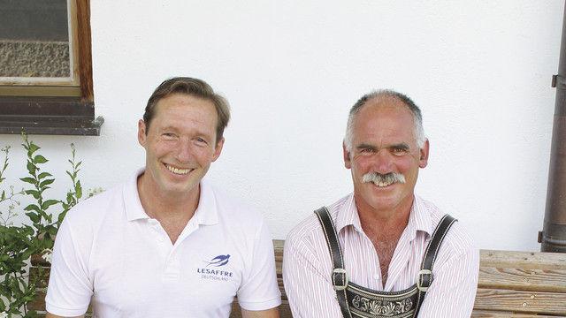 Teamarbeit: Bäckereiinhaber Paul Thomas Sesar (l.) und Landwirt Franz Reßle aus Schongau, der Dinkel und Roggen in Bioland-Qualität liefert. (Quelle: diehauswirtschafterei)