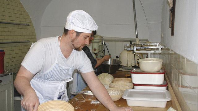 Stefan Heins (l.) arbeitet in der Backstube des Klosters (u. l.), nachdem der Hersteller den alten Ofen kostenlos repariert hatte. (Quelle: Kloster)