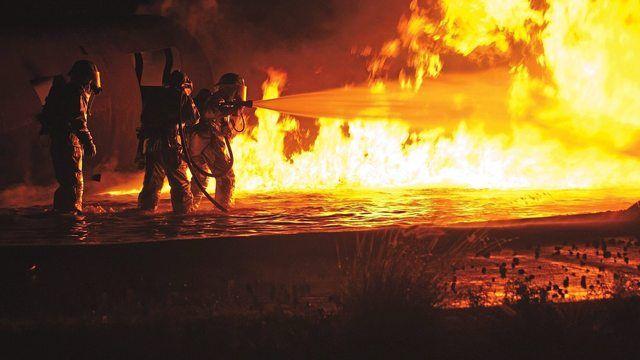 Beim Löschen sind drei Feuerwehrleute leicht verletzt worden. (Quelle: Symbolfoto Pixabay.com/skeeze)