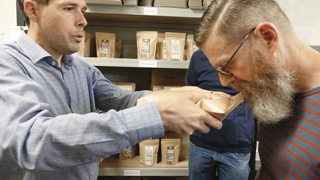 Dr. Steffen Schwarz lässt die Workshop-Teilnehmer durch das Beutelventil den Duft des Kaffees erschnuppern (Foto links).  Tolle Truppe: Timo Sattler (v.l.), die BakerMaker Matthias Saur, Heinrich und Margarethe Poeth und ABZ-Gewinnerin Michaela Kohlen. Re (Quelle: Thumm)