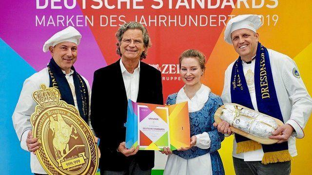 Übergabe der Urkunde (v. l.): Rico Uhlig (Schutzverband), Publizist Dr. Florian Langenscheidt, Stollenmädchen Lina Trepte und René Krause (Schutzverband) (Quelle: Andreas Henn)