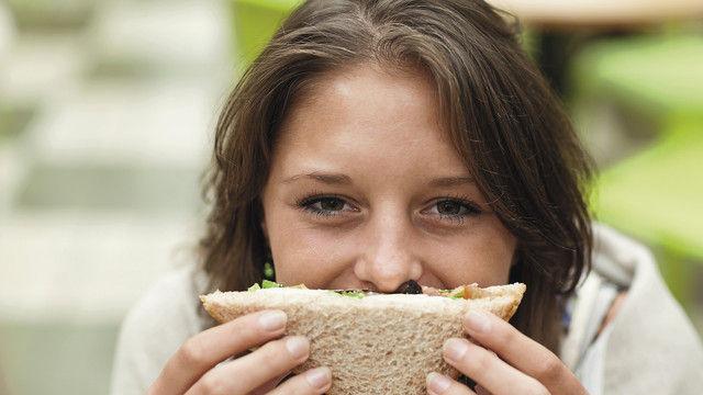 Gesund genießen bleibt ein wichtiges Verbrauchermotiv. (Quelle: Wavebreakmedia)
