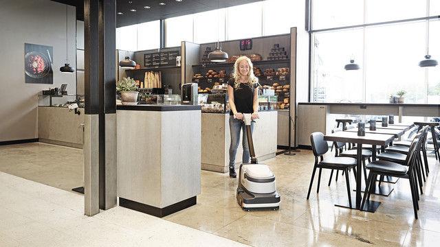 Größere Flächen in Laden und Café werden mit  Scheuersaugmaschinen schnell gereinigt. (Quelle: Nilfisk)