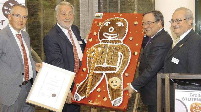 Der Große Stutenkerl als Auszeichnung des Verbands Westfalen-Lippe ging in diesem Jahr an Ministerpräsident Armin Laschet (2. v. r.). (Quelle: BIV)
