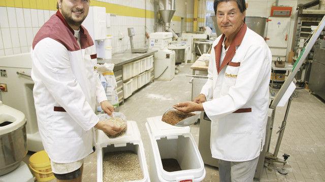 Kontrollieren die Qualität der Saaten: Vater Wilhelm-Heinz Kerkow und Sohn Heiko. (Quelle: Schwittay)