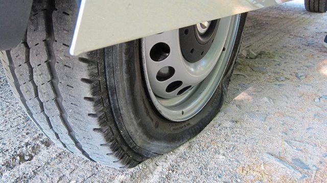 Der Täter hat an allen im Freien stehenden Lieferfahrzeugen jeweils zwei Reifen zerstochen. (Quelle: Pixabay.com/McDowning)