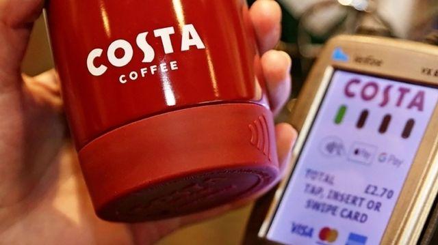 Den Becher vors Bezahlterminal halten - fertig. (Quelle: Costa Coffee)