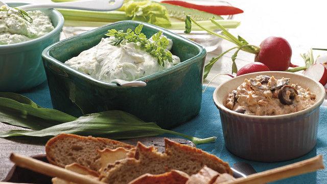 Moderne Brotaufstriche verleihen dem Snackangebot eine gesunde Frische und können dem Kunden auch zum individuellen Bestreichen von Brot oder Brötchen serviert werden. (Quelle: Grossmann Feinkost)