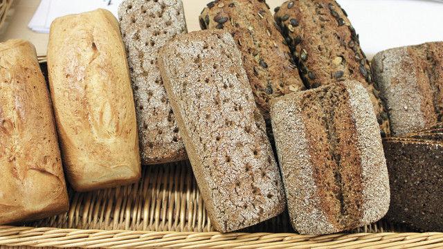 Insgesamt zehn verschiedene Brote hat Christian Brück zur Verkostung für die 26 Flüchtlinge aufgeschnitten. (Quelle: Wollnitz)