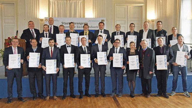Beim Festakt in München erhalten die Preisträger des Staatsehrenpreises Medaillen und Urkunden. (Quelle: Baumgart/StMELF)