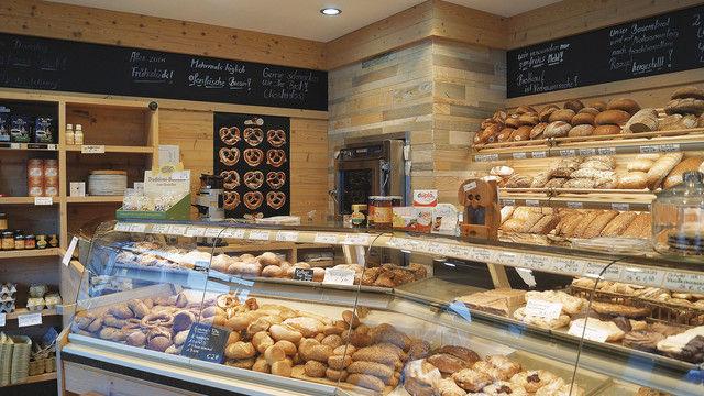 Große Auswahl an Broten und Brötchen in der Auslage. (Quelle: Quelle)