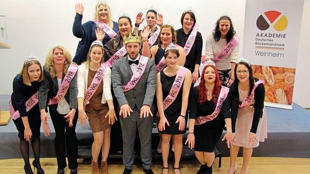 Die erfolgreichen Absolventen des VKL-Kurses 2018 mit rosa Schärpe.  (Quelle: Akademie Weinheim)
