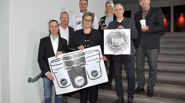 """Die Inhaber der vier Bäckereien stellen gemeinsam mit Landrat Friedhelm Spieker (rechts) das neue Pfandbechersystem """"backCUP"""" vor.   (Quelle: Kreis Höxter)"""
