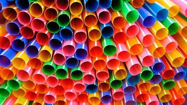 Alles so schön bunt hier: Plastiktrinkhalme stehen als Symbol für das Verbot aller Einweg-Plastikartikel.  (Quelle: pixabay.com/rkit)