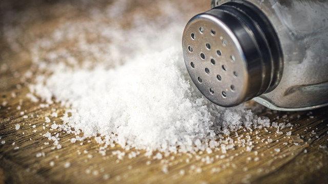 Nach dem Willen der Bundesregierung sollen Bäcker den Salzstreuer schneller zur Seite legen. (Quelle: Fotolia/Daniel Vincek)