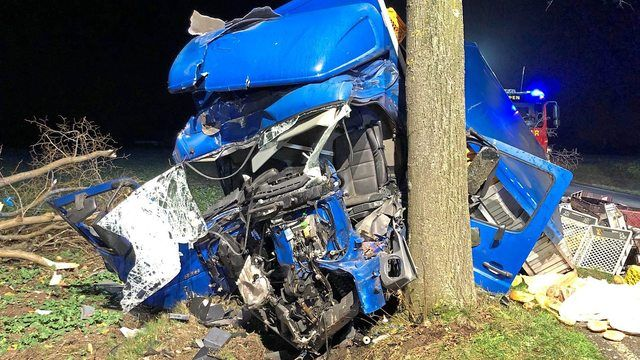 Die Einsatzkräfte konnten am Unfallort nur noch den Tod des Fahrers feststellen.  (Quelle: Freiwillige Feuerwehr Alpen)