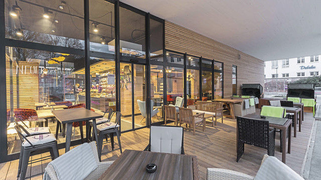 Außen- und Innenbereiche sollen eine harmonische Einheit bilden: Unterschiedliche Sitzgelegenheiten und dekorative Elemente fördern den Wohlfühlfaktor der Gäste. (Quelle: Aichinger)