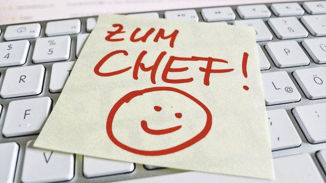 Zum Gesprächstermin beim Chef sollten Mitarbeiter gerne gehen und nicht mit Bauchgrummeln. (Quelle: Fotolia/GinaSanders)